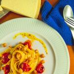 Skøn og let vegetarisk pastaret med tomater og kikærter