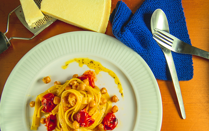 Vegetarisk pastaret med grillede tomater og kikærter