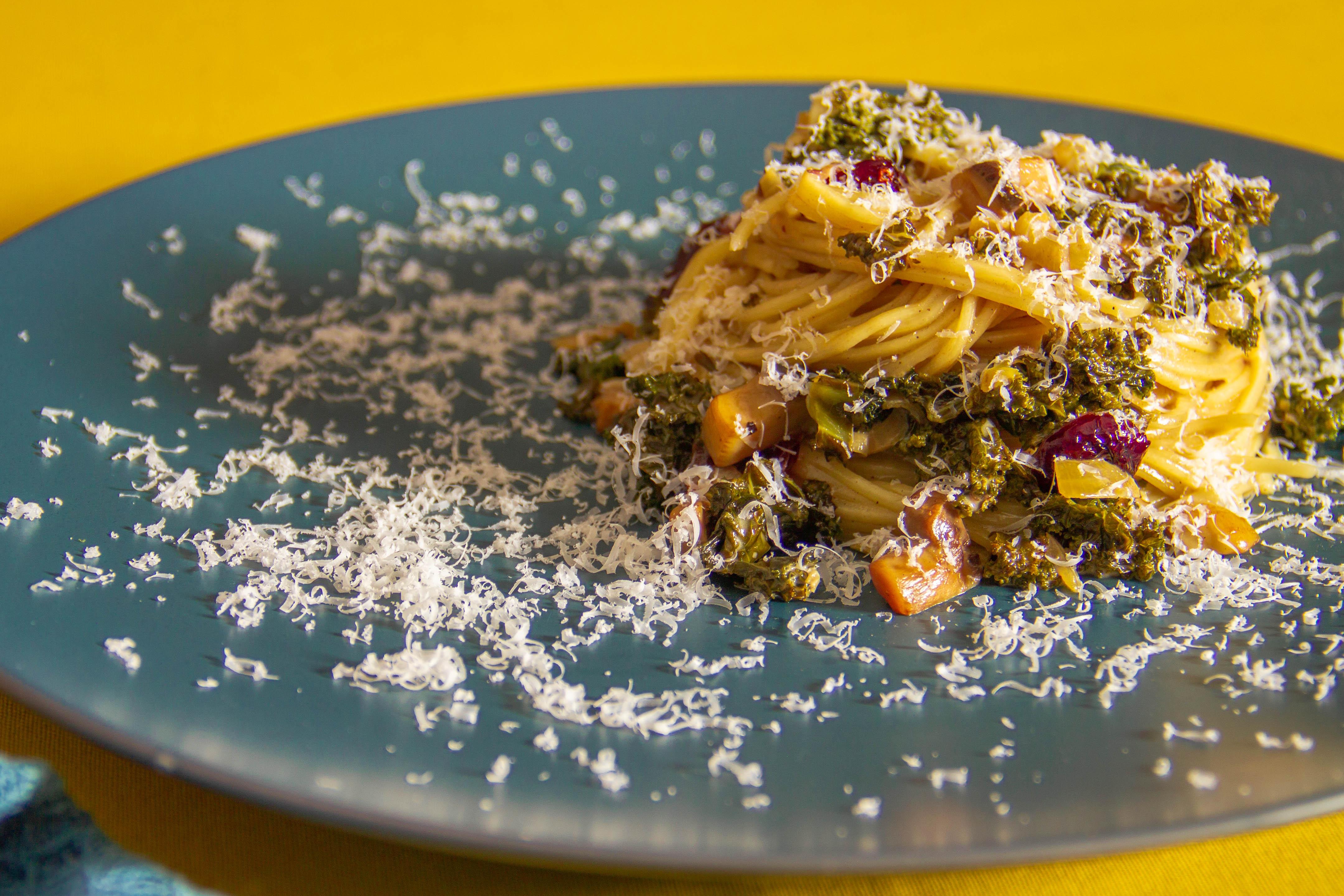 Pasta med grønkål, svampe og tranebær i cremet sauce