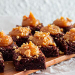 Fyldig chokoladebrownie med peanutbutter karamel creme.