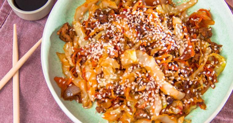 Asiatisk inspireret stegt kål med oksekød og gulerod
