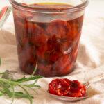 Langtidsbagte tomater også kendt som semidried tomater
