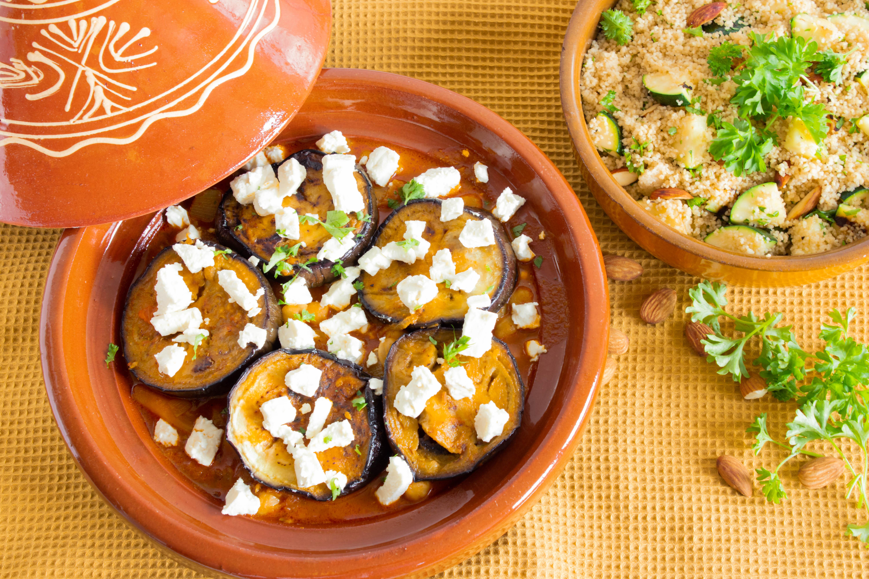 Vegetarisk tagine og couscous med mandler og grillet squash