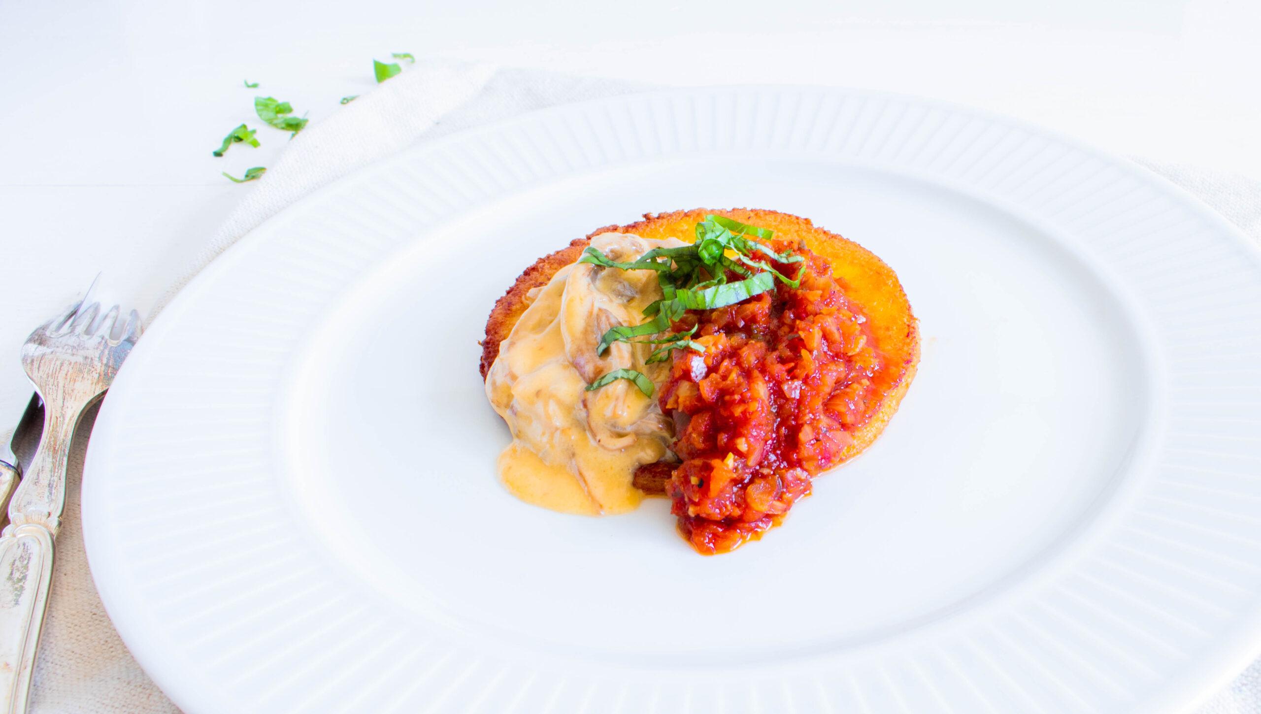 Spødstegt polenta med cremede svampe og rustik tomatsauce