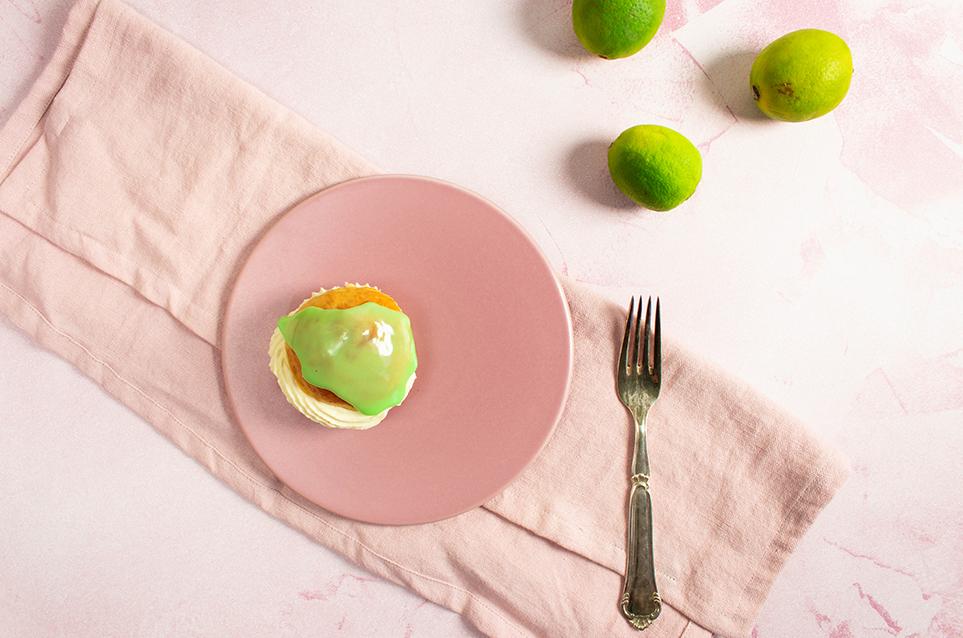 Fastelavnsboller med lime/marcipanremonce og hvid chokoladeflødeskum