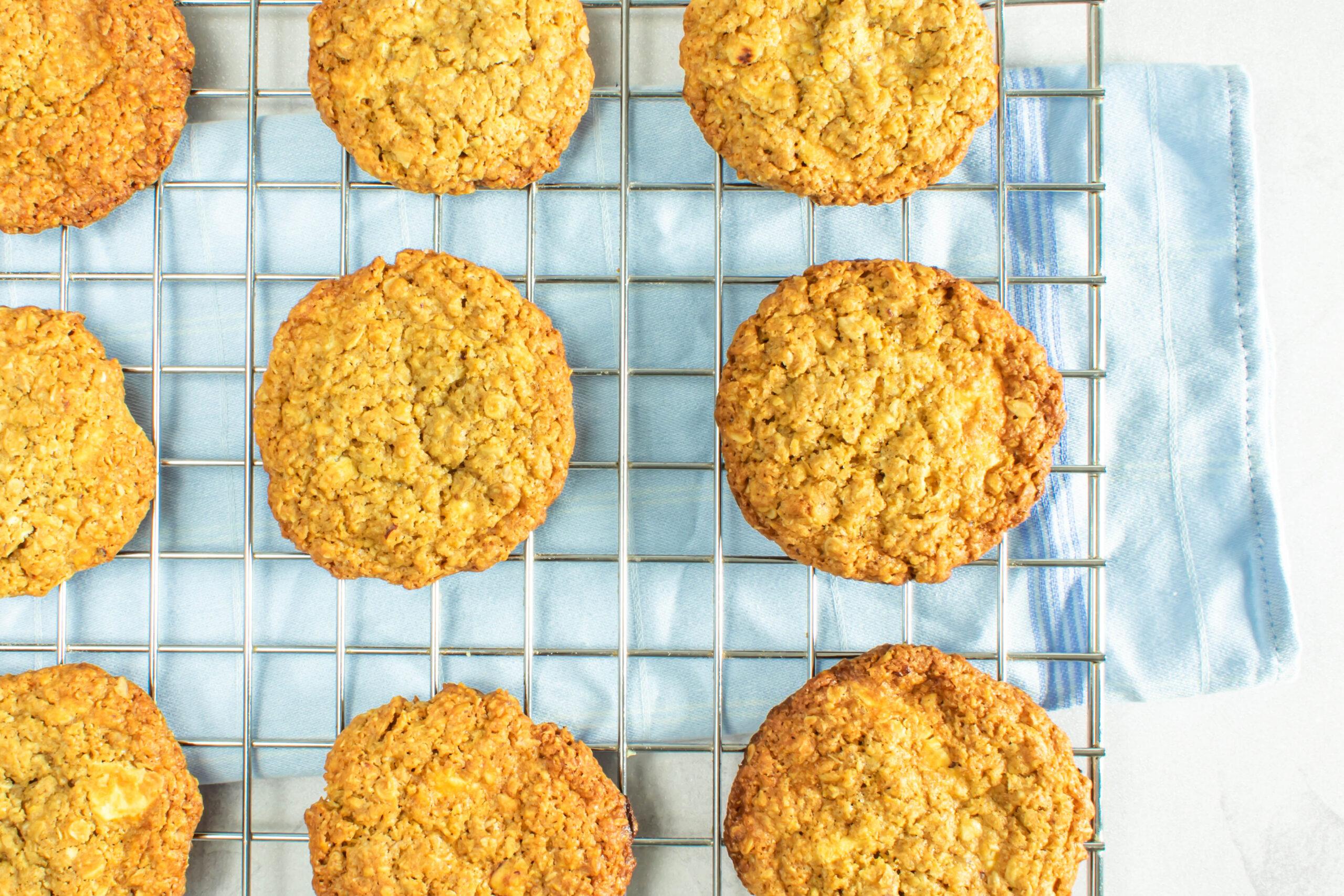 Sprøde og bløde havregryn cookies med hvid chokolade og hasselnødder