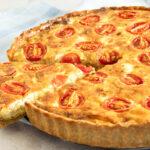 Skøn tærte med sprød bacon, bløde løg, bagt tomat og feta