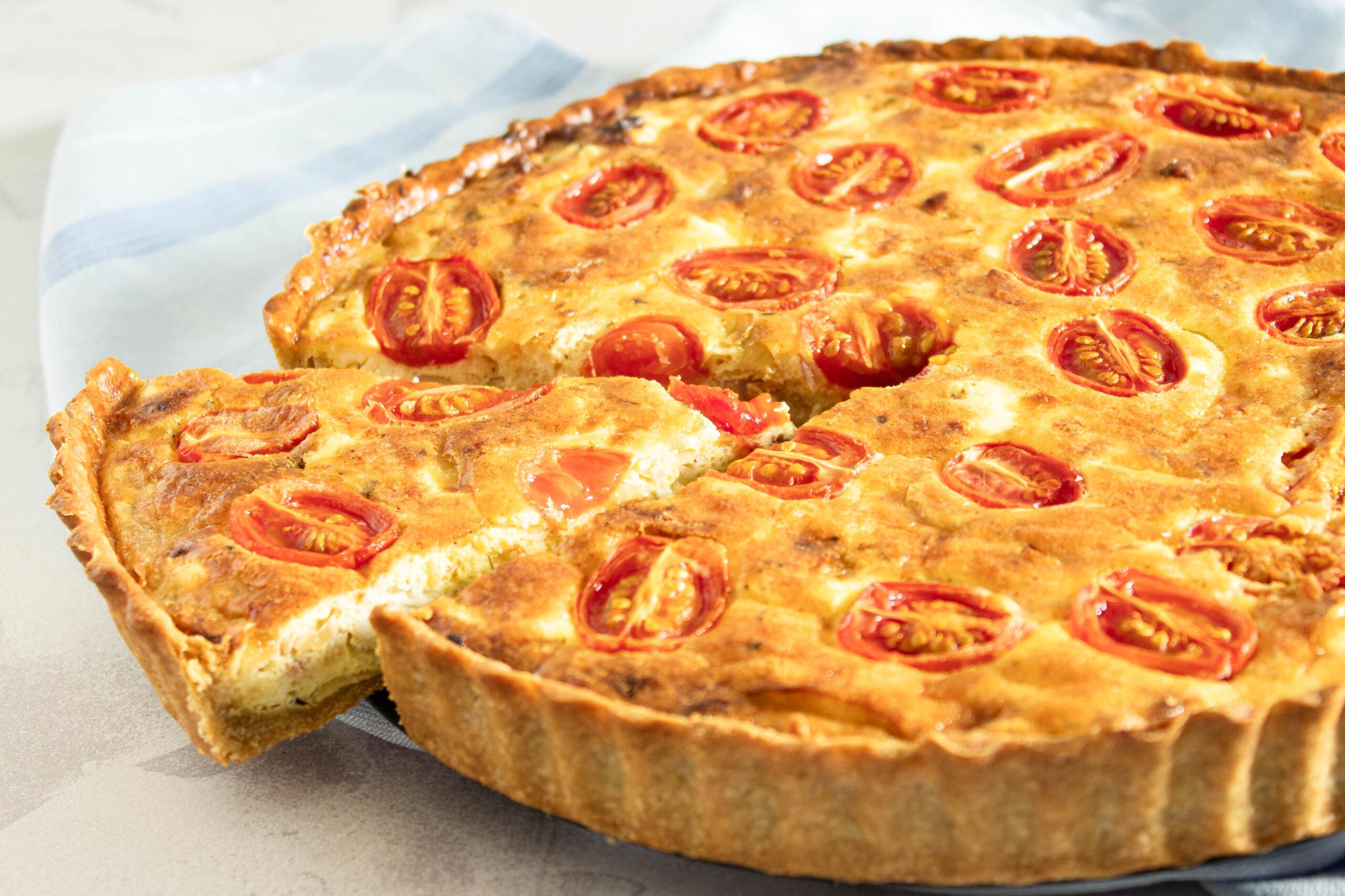 Skøn hjemmelavet tærte med bacon, bløde løg, tomat og feta