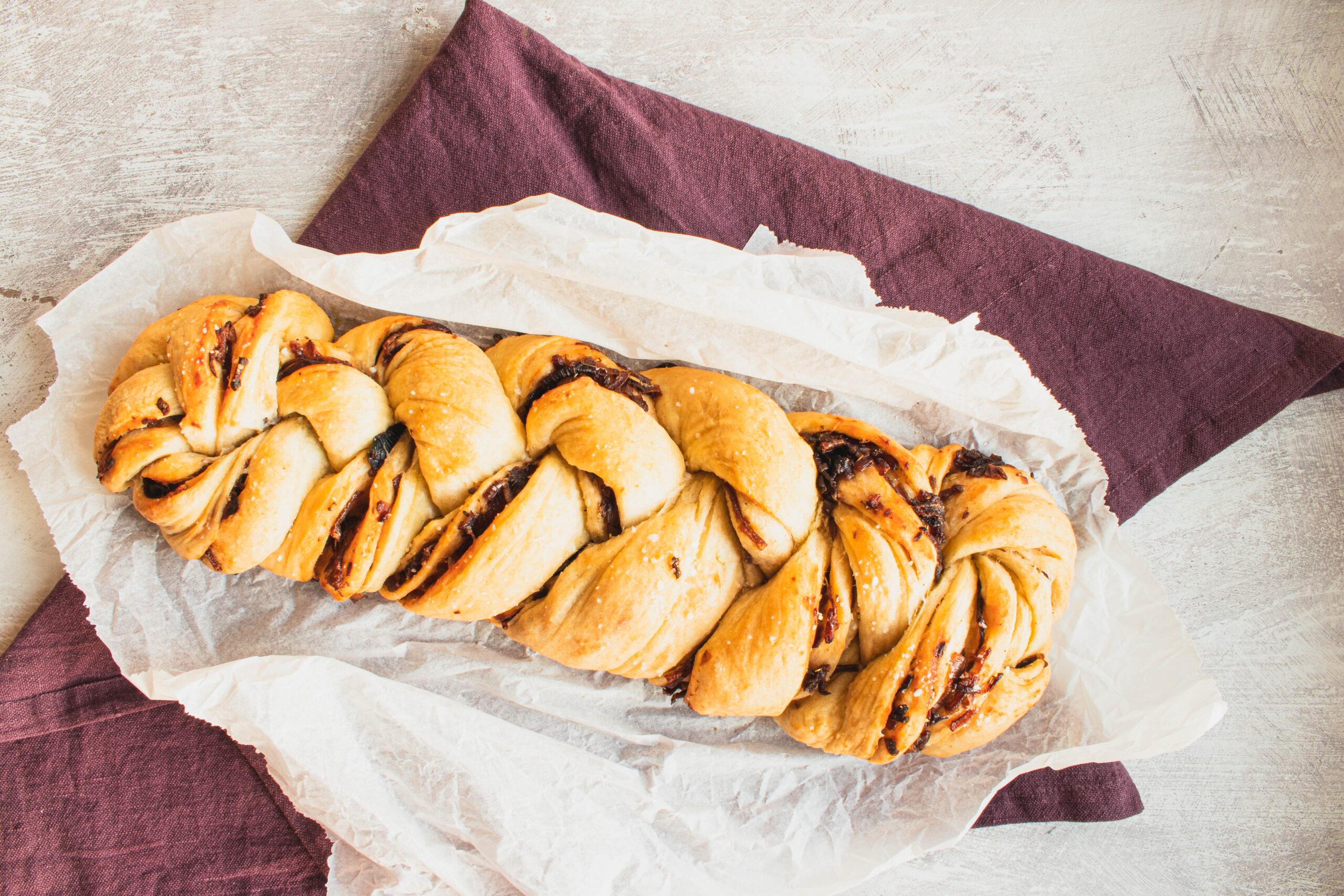 Løgbrød – Flettet brød med karamelliserede løg