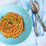 Skøn smagfuld vegetar pasta med karamelliserede løg