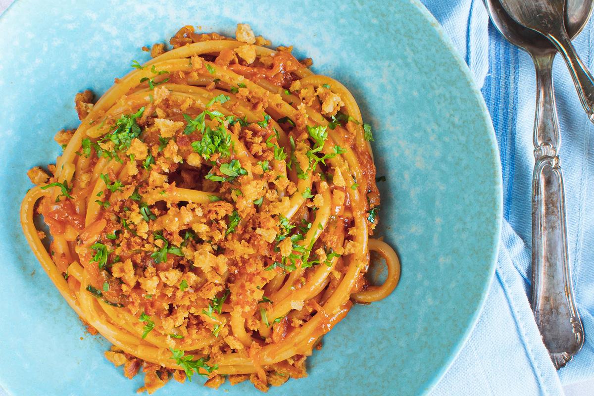 Lækker vegetar pasta med løg, persille og brødkrummer