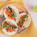 Hjemmelavet taco carne asada med carne asada, salsa og grillede majs
