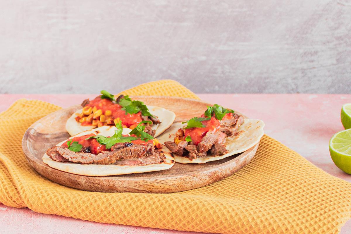 Lækker marineret oksekød i hvede tortilla med majs og salsa