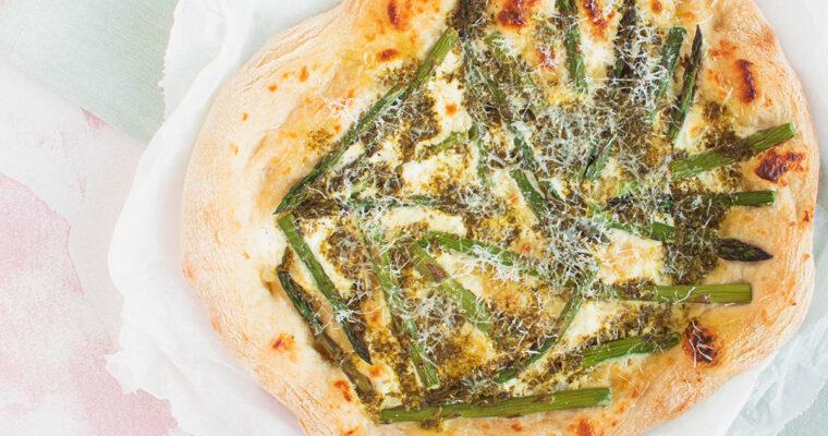 Pizza med grønne asparges og persille vinaigrette