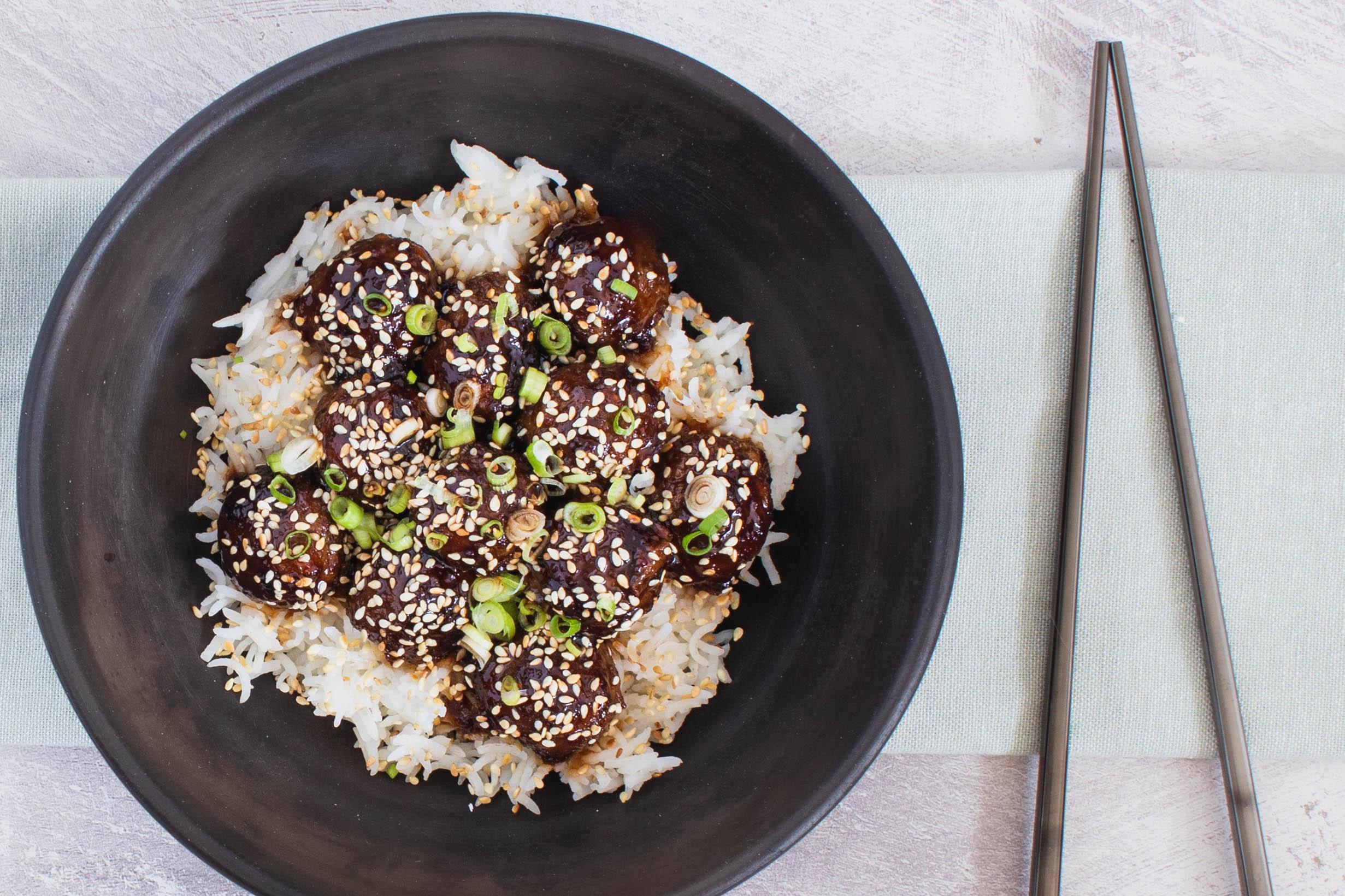 Asiatiske kødboller vendt i en smagfuld 'sticky' sauce