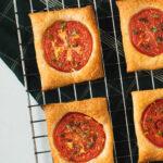 Små lækre tomattærter på butterdej med timian, citron og olivenolie