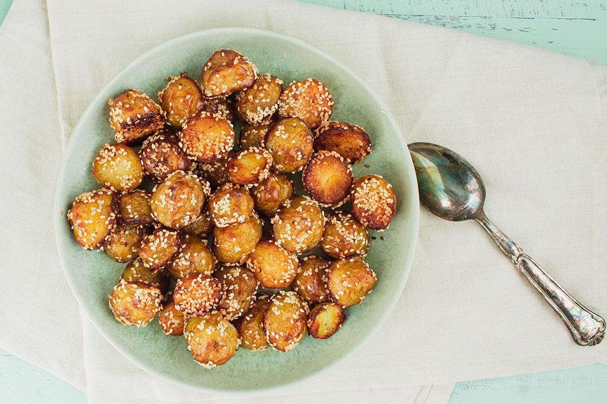 Sesamkartofler stegt i ovn – sprøde, lækre og et vidunderligt tilbehør!