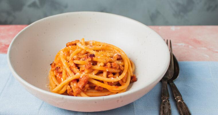 Pasta all'amatriciana – pasta med bacon, tomat og masser af ost
