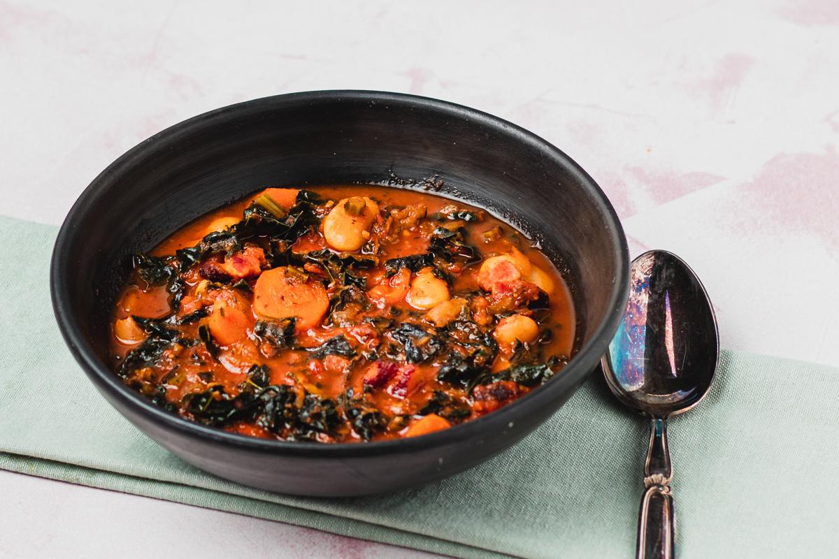 lækker suppe med palmekål, bacon og bønner