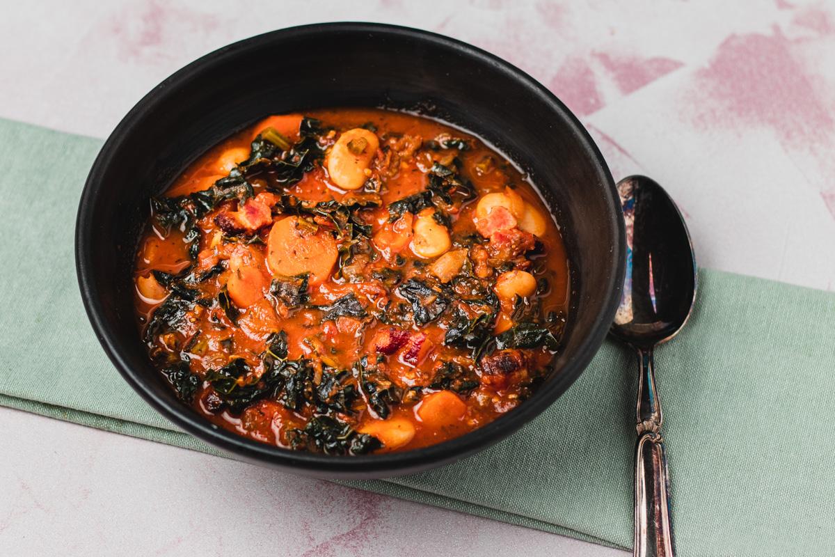 Fyldig suppe inspireret af italien med palmekål