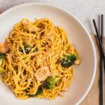 Nudler stegt i sesam med kylling og broccoli