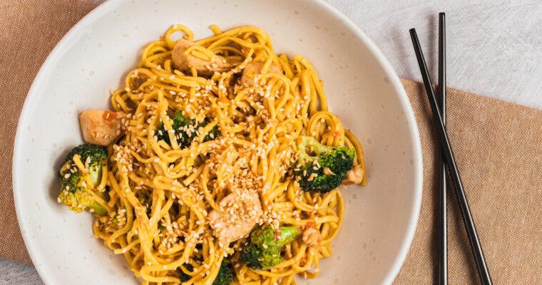 Sesam stegte nudler med kylling og broccoli