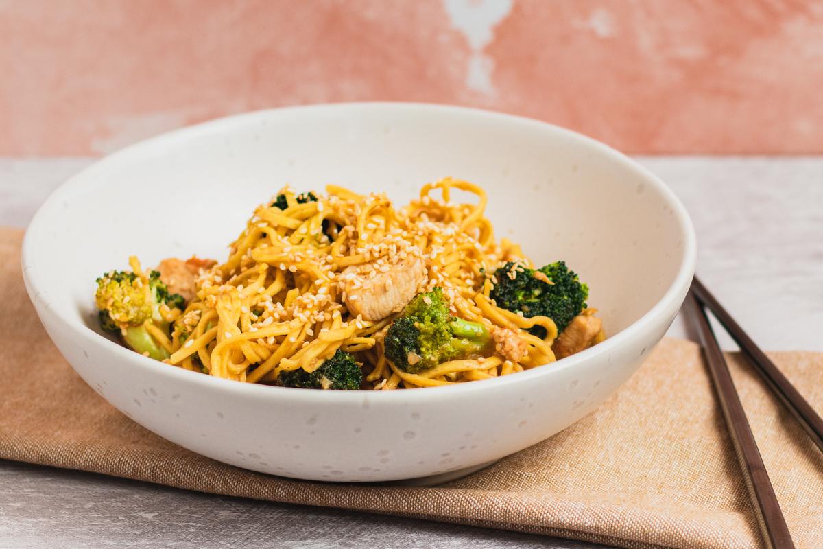 Lækre sesam stegte nudler med kylling og broccoli