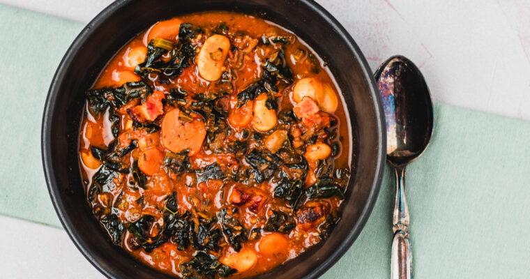 Italiensk inspireret suppe med palmekål, bacon og bønner