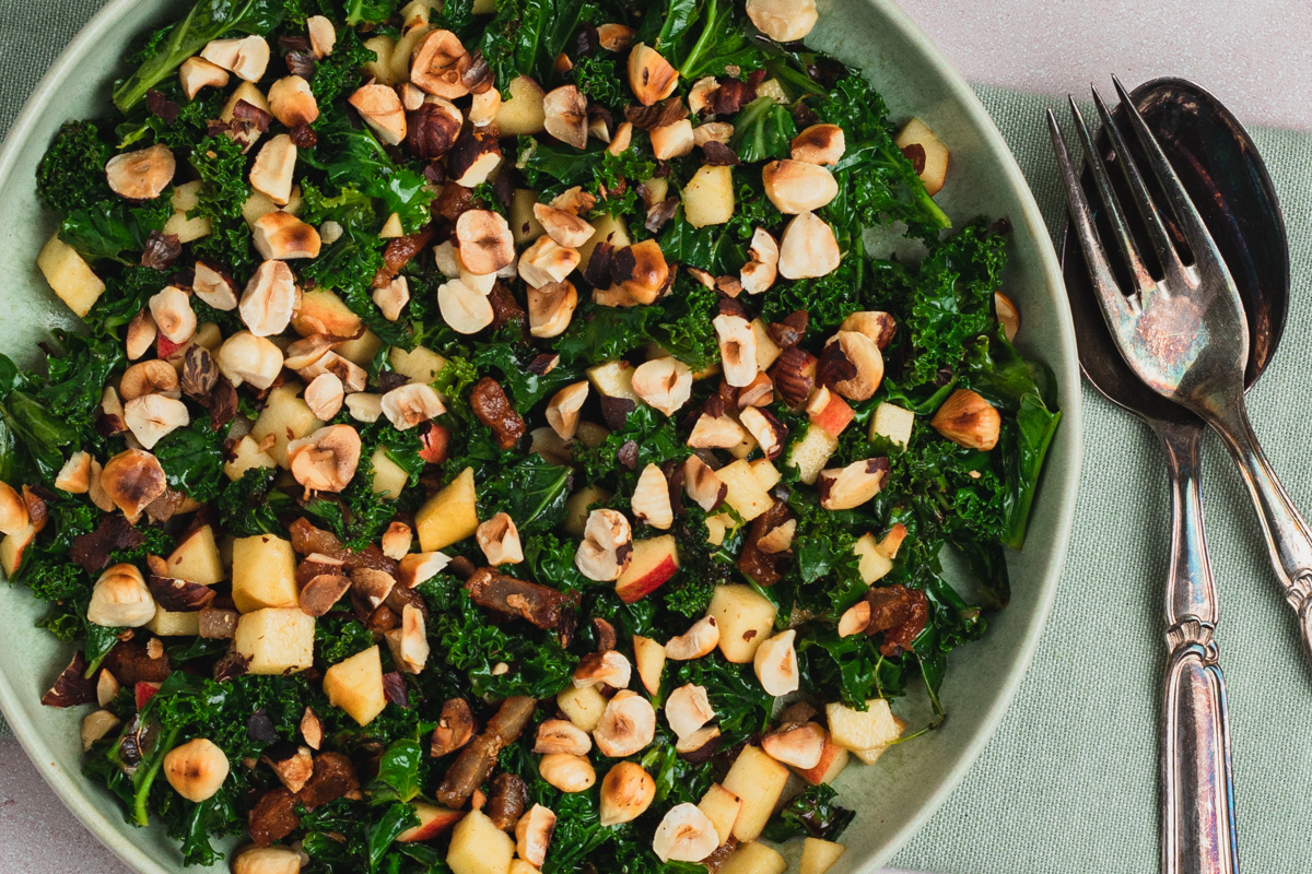 Grønkålssalat med grønkål, bacon, friske æbler, og sennepsvinaigrette