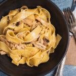 pasta vendt med cremet kylling braiseret i citron og hvidløg