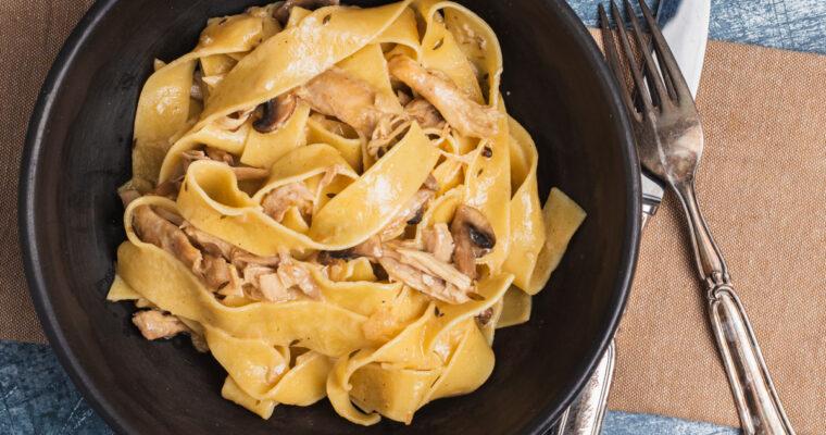 Pasta med citron- og hvidløgsbraiseret kylling