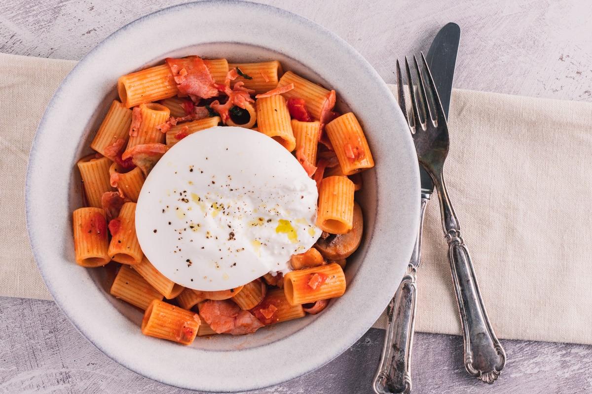 Pasta capricciosa – Pasta med skinke, tomat, svampe og burrata