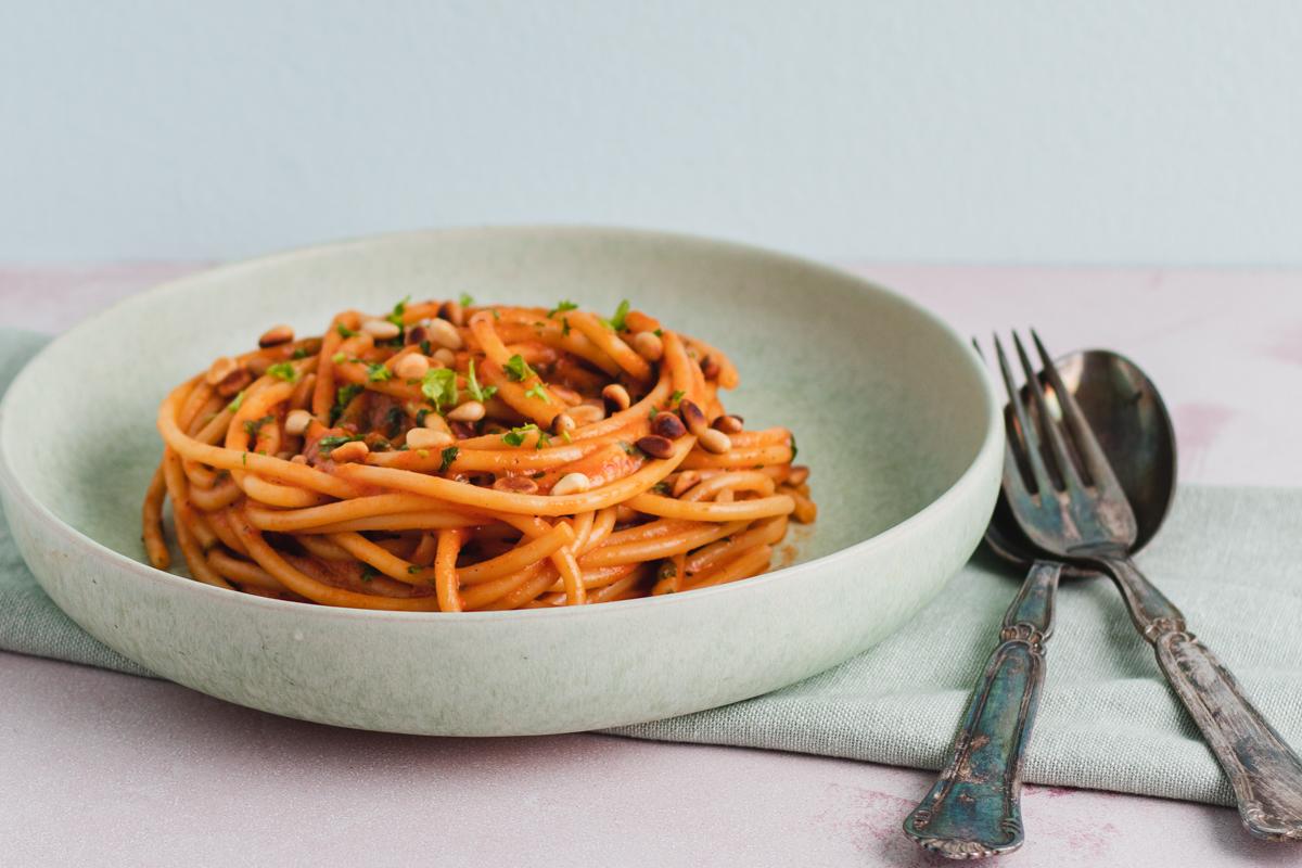 Pasta med grillet peberfrugt, cherrytomater og ristede pinjekerner